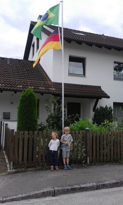 Kinder und die Flagge