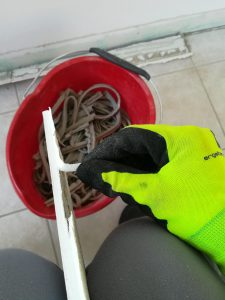 Separando o lixo: tirando o silicone da lajota
