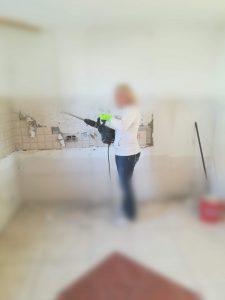 Tirando os azulejos da parede